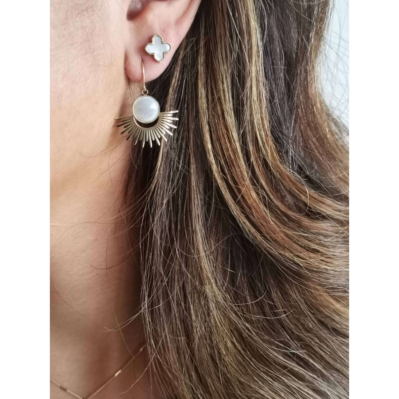 Pearl clover gold stud...