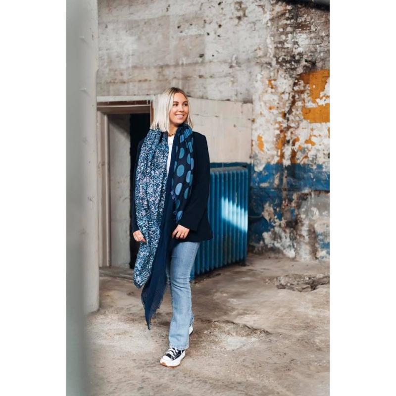 Foulard bleu à motif modern...